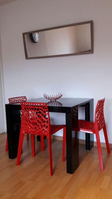 Table à manger à rallonge avec 4 chaises à disposition