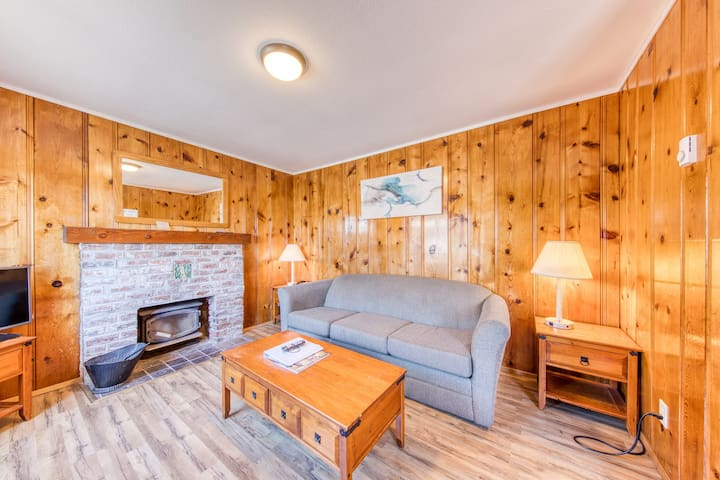 Cozy cabin near beach w/ wood stove & shared pool/hot tub- 2 dogs OK! (non-view)