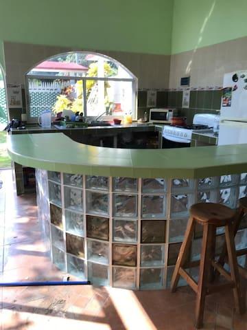 COCINA: cuenta con una barra ,fregadero,refrigerador,estufa de gas,horno de microondas,vajilla,cubiertos ,trastes para cocinar.