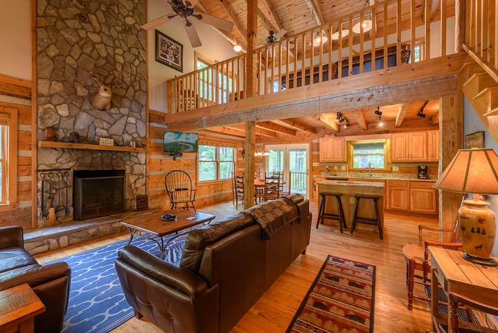 """3BR/3BA Cozy Mountain Cabin in """"The Lakes"""", Hot Tub, Game Room, Fire Pit"""