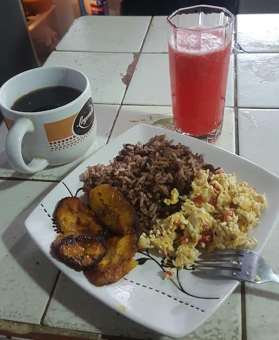 Pinto con Maduro, huevo, jugo y cafe.