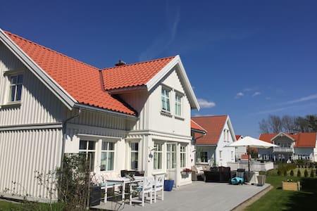 Sommeridyll ved sjøen på Solkysten - Langesund - House