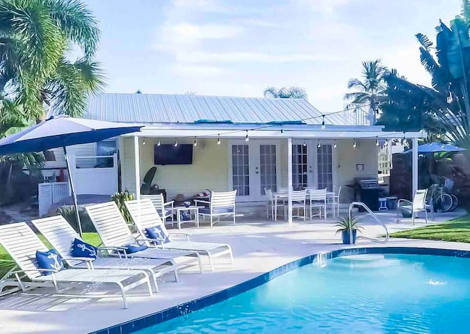 1BR Private Entrance, Pool, & patio! Sleeps 4