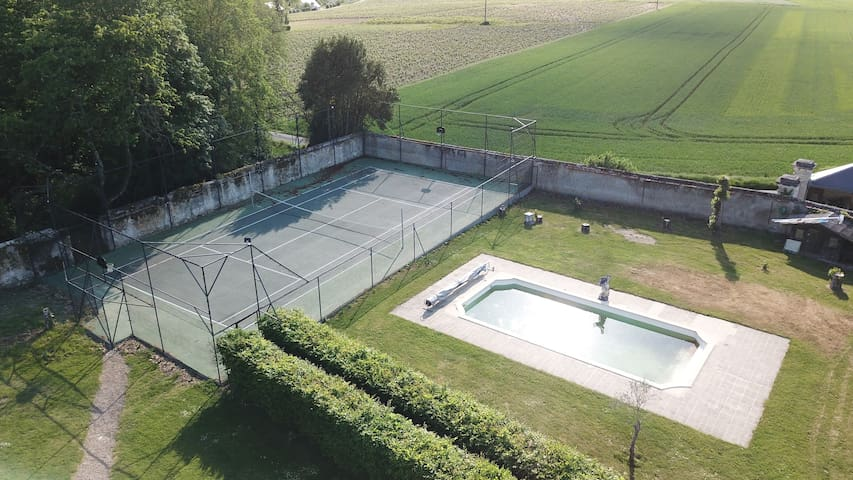 Piscine et tennis du Château de Jallanges