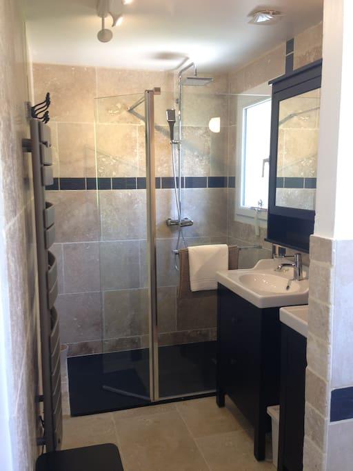 Salle de bain avec douche, double vasque et toilettes
