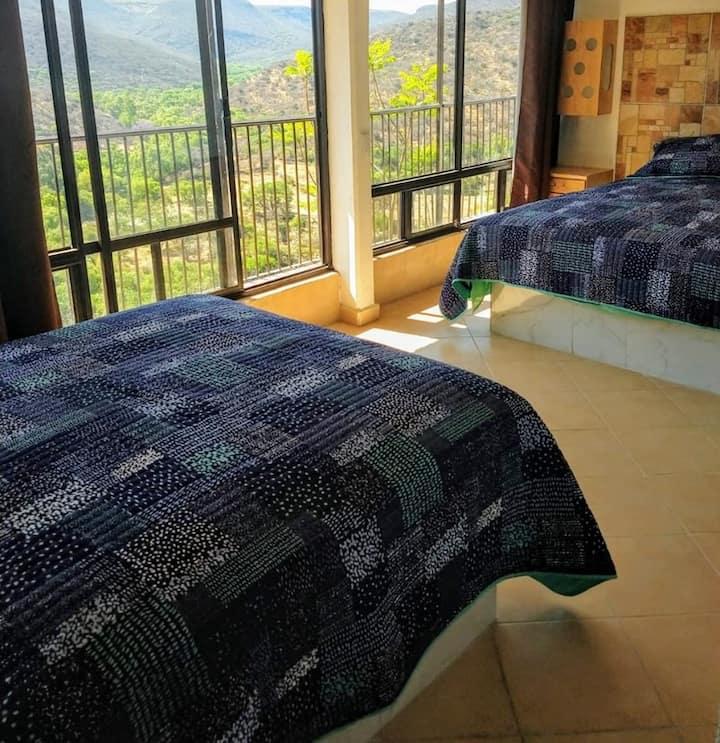 Habitación privada rodeada de montañas