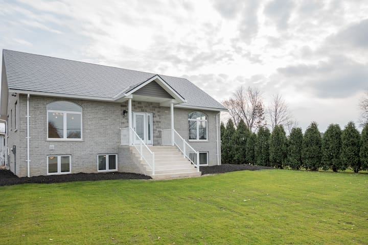 Feels like home , country living , close to city - Amherstburg - Apartament