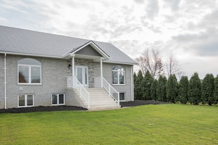 Feels like home , country living , close to city - Amherstburg - Apartemen