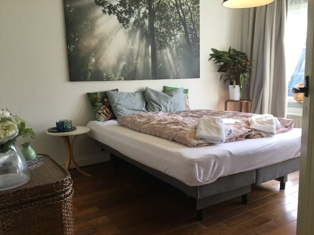 Fresh & cozy bedroom in our place - Utrecht - Hus