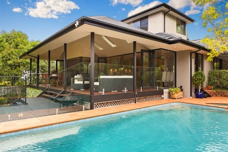 Secluded 4 bedroom house with large deck and pool - Killara