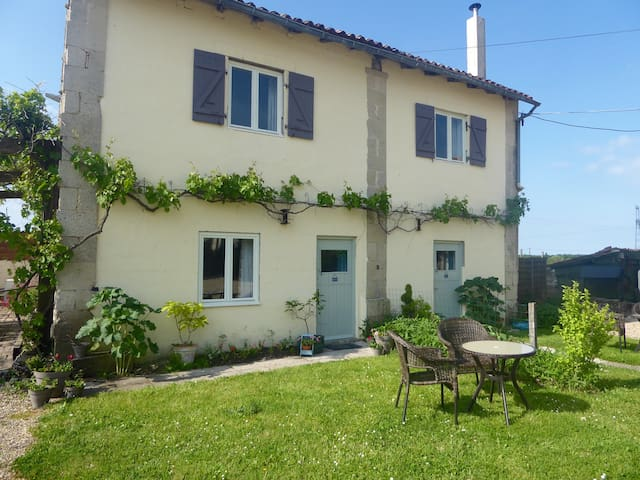 Les Tournesol  3 bed stone cottage - Villeneuve-la-Comtesse - House