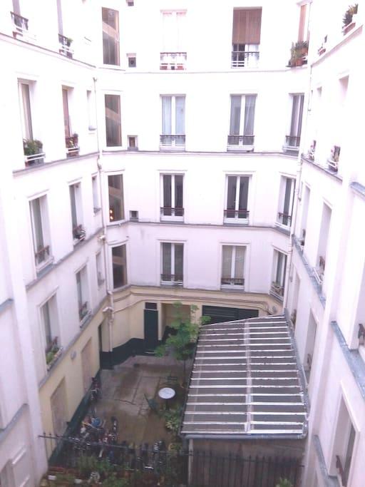 Tout l'appartement donne sur une cour intérieure : zéro bruit!