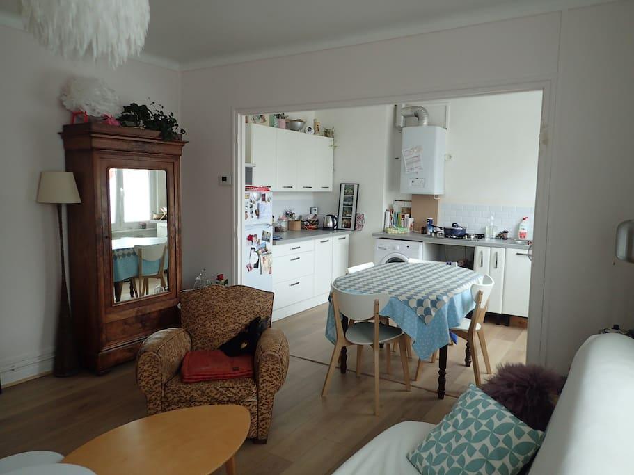 Cuisine ouverte - salon avec canapé lit