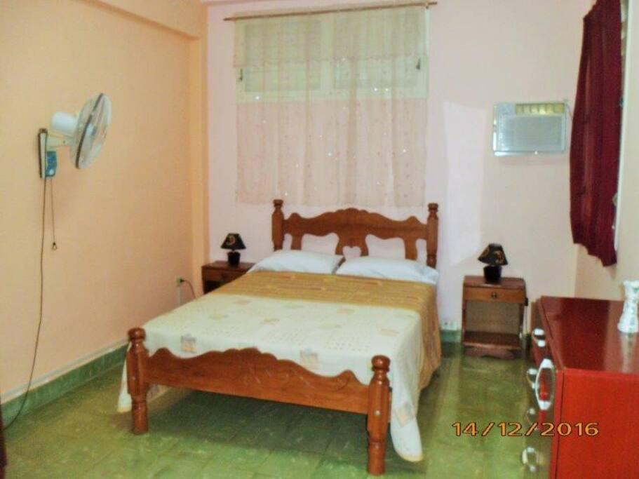 Habitación amplia y climatizada que incluye el baño