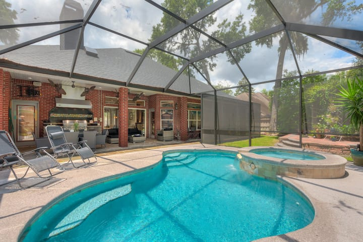 Amazing retreat w/ heated pool, spa and game room