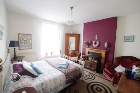 Large, bright double bedroom in central townhouse