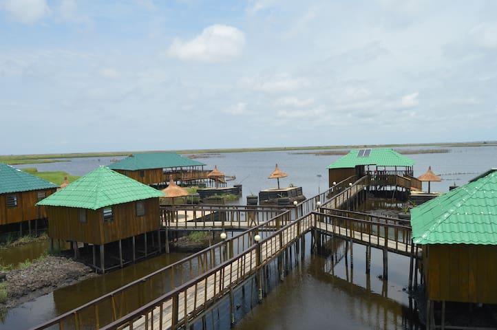 bungalows  au bord du lac à 15min de l'aéroport