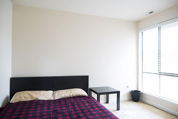 Cozy upstairs room + private bathroom - Белльвью - Таунхаус