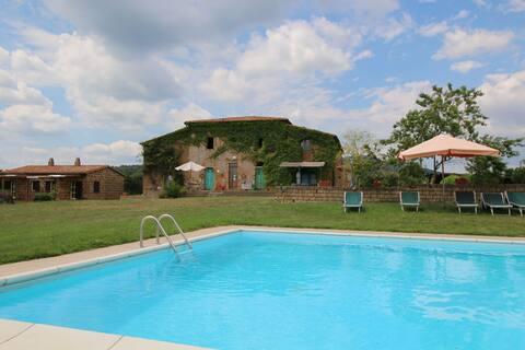 Farmhouse in Sorano with Swimming Pool, Terrace, Barbecue