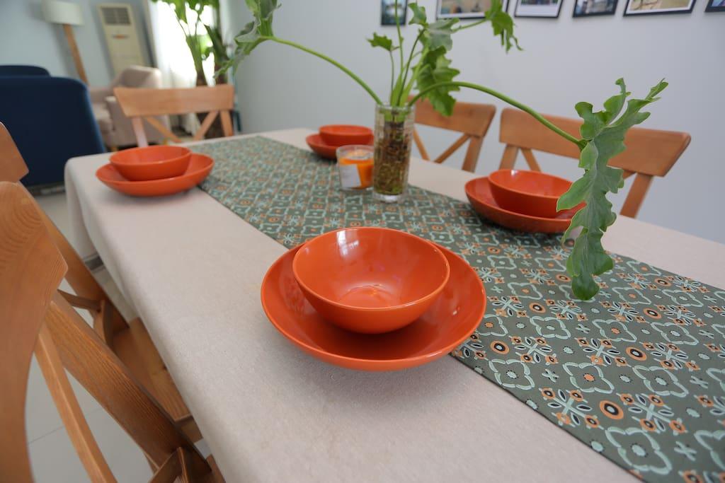 暖调的餐桌 绿色的水生植物 橙色的餐盘 让用餐时舒服 自然