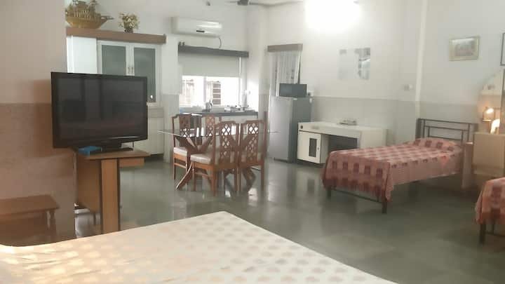 Very large A/C Studio Apt with Kitchenette BandraW