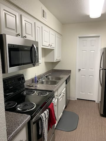 Relaxing 2bd/2ba Next door to Palms Hotel!
