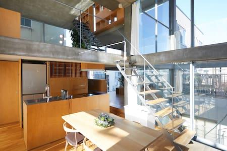 新宿区的现代风格玻璃建筑/配露台