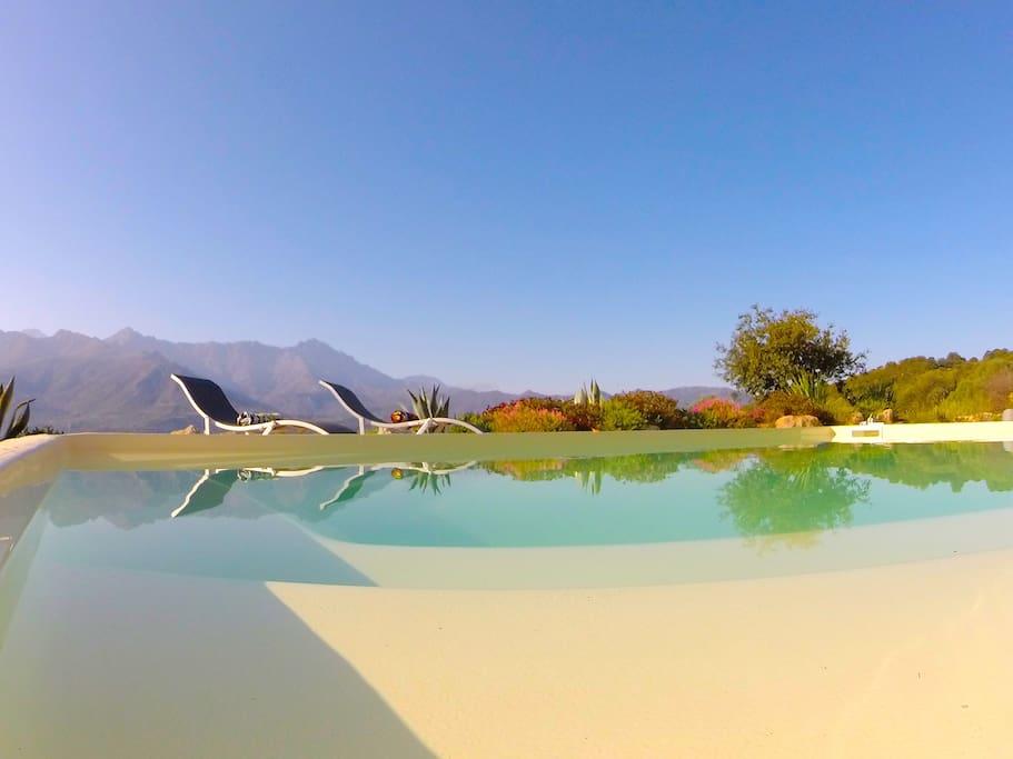piscine vue imprenable lac et vallée du Réginu