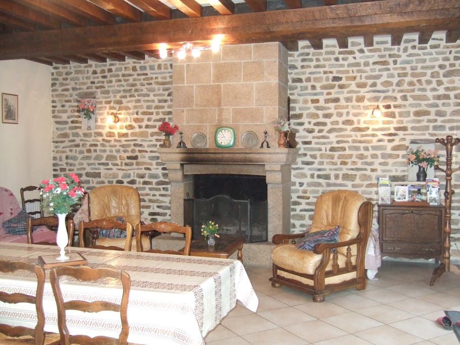 Salle et salon avec sa cheminée