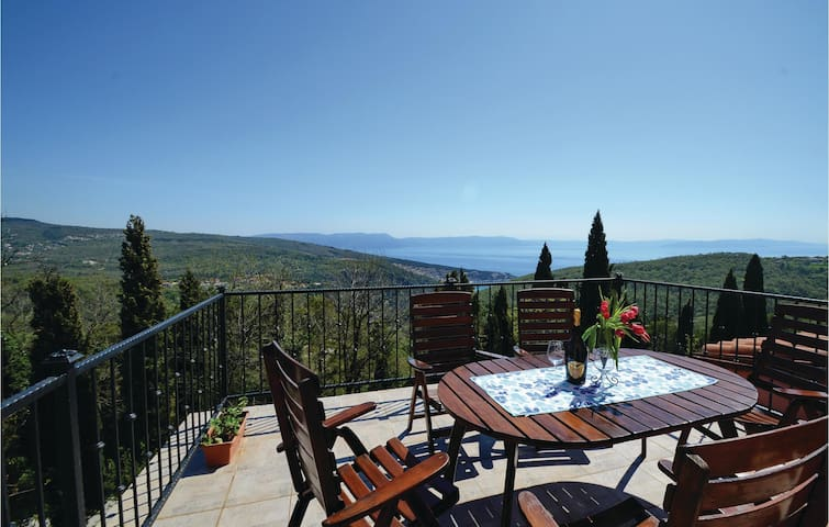Terraced house with 4 bedrooms on 74m² in Labin
