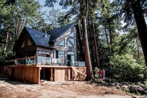 4 Season Muskoka cottage on Black Lake with Beach!