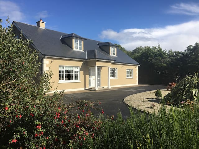 Large 6 bedroom house close to all amenities - Bangor Erris