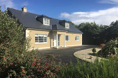 Large 6 bedroom house close to all amenities - Bangor Erris - Hus