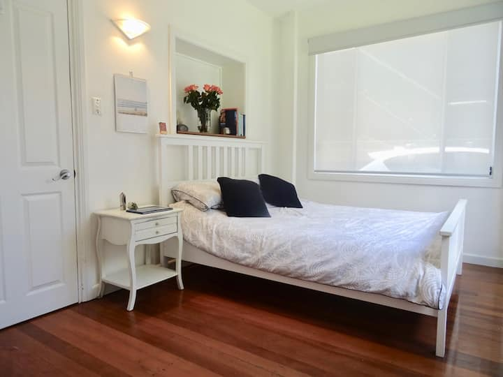 Manly, NSW: large light-filled room near beach
