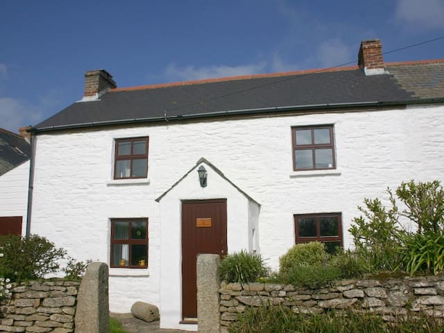SEAVIEW, pet friendly, with open fire in Helston, Ref 959176