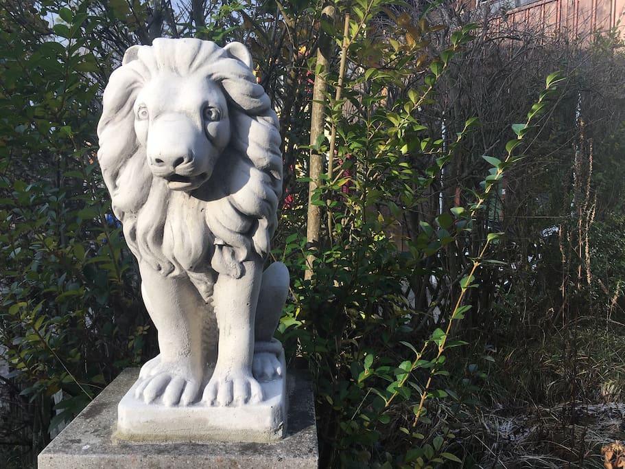 Die Löwin Stärnli ist  gut gelaunt, sie bewacht euch zuverlässig, ihr könnt euch sicher fühlen. The lioness, Little Star (Stärnli), is friendly. She is always watching over you so you can feel safe.