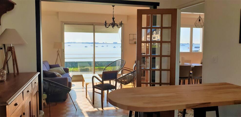 Maison spacieuse les pieds dans l'eau et vue mer