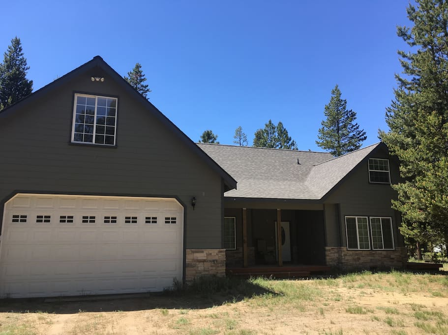 Large spacious 4200 sq ft house bordering Deschutes National Forest with your own access to forest , perfect for your large or small family gatherings.  Sleeps 20+, satellite television, VCR/DVD players, has master suite with jacuzzi tub, fully equipped kitchen, loaded with amenities.