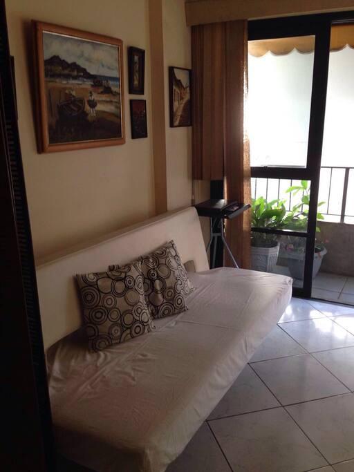 Sala secundaria com sofá-cama de casal e divisória para maior comodidade.