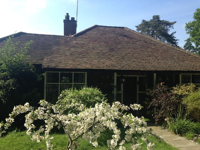 Charming arts and crafts cottage in Chobham Surrey - Chobham - Haus