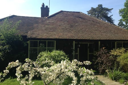 Charming arts and crafts cottage in Chobham Surrey - Chobham - House