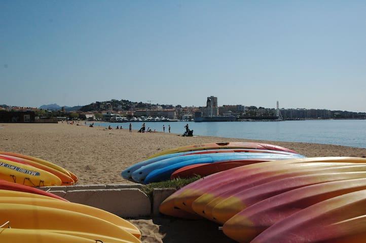 Studio calme, belle vue,  plage de sable à 350 m.