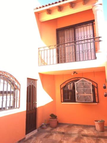 Orange House / Cerca del Centro