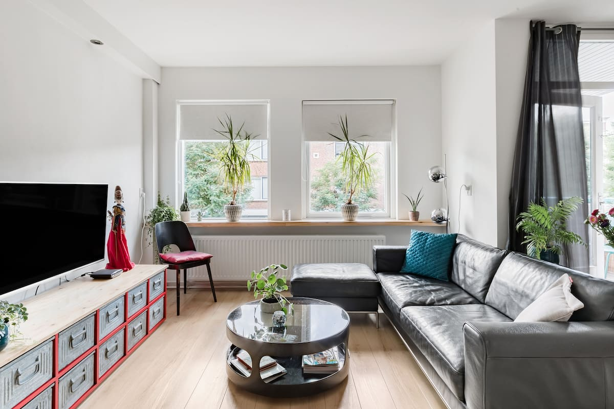 Free Parking at Central, Sunny and Quiet City Apartment
