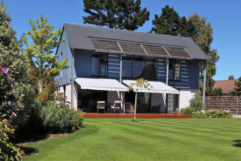 Vue générale de la maison, jardin, terrasse. Propriété close.