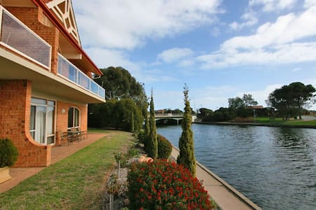 Reflections on the Lake - West Lakes - Apartamento