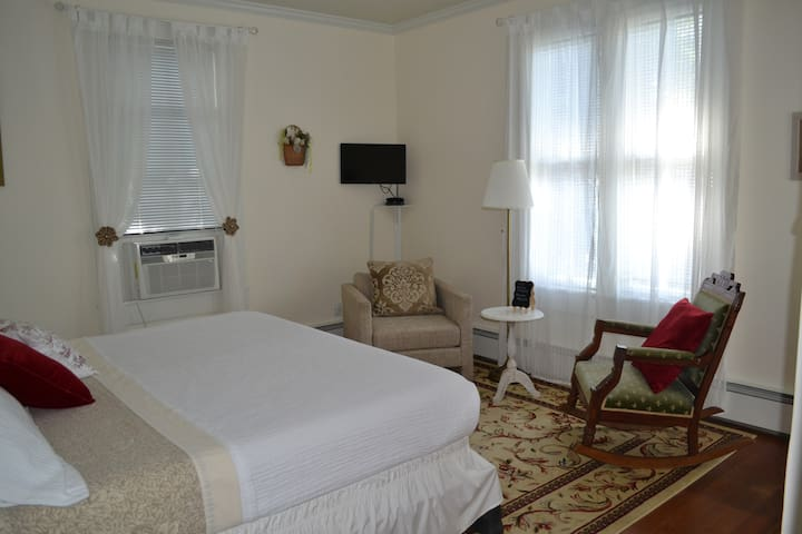 Private Room - King Bed, Bath & Breakfast