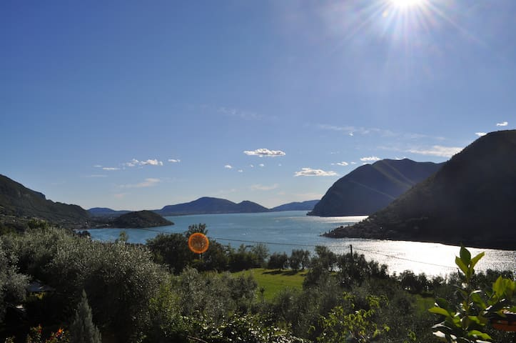 double bedroom with a beautiful view of Iseo lake - Sale Marasino - 別墅