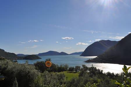 camera matrimoniale con vista sul Lago d'Iseo - Villa