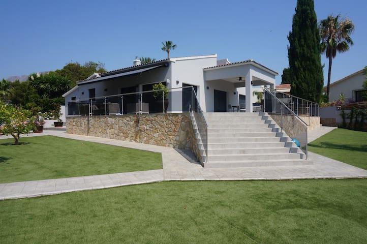 Nieuwe zeer rustig gelegen luxe villa in Benidorm!